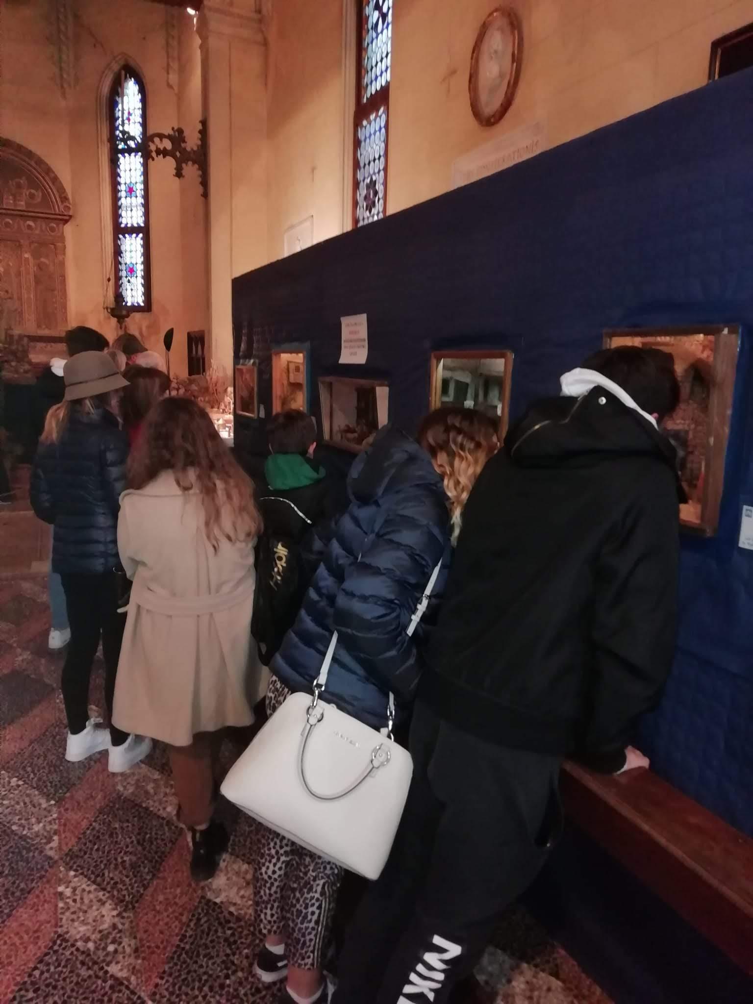 Visitatori ammirano i Diorami