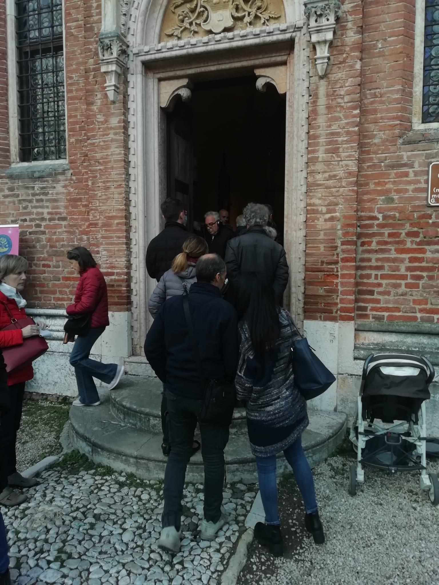 Visitatori all'ingresso della Cappella Gntilizia